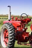 Röd lantgårdtraktor Fotografering för Bildbyråer