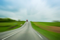 Röd lastbil på oskarp bakgrund Arkivbilder