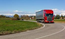 Röd lastbil på vägen Arkivbilder