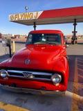 Röd lastbil som parkeras på en gas/en långtradarcafé för flyga J Arkivbilder