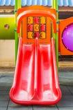 Röd lekplatsglidbana för småbarn Royaltyfria Foton