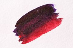 Röd lila slaglängd med en borste som göras av vattenfärger Pappers- backgr Royaltyfria Foton