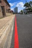 Röd linje ingen parkering Arkivbild