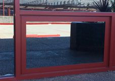 Röd linjelodlinje och horisontal reflekterade i fönstret som inramas i rött Arkivbilder