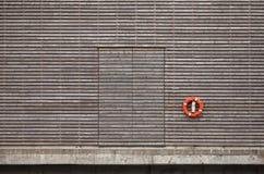 Röd livboj och stängd dörr Arkivbilder