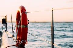 Röd livboj på yachten Royaltyfri Fotografi