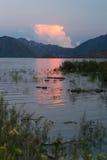 Röd ljus solnedgång i bergsjön Arkivbild