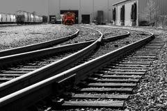 Röd lokomotiv på järnvägar Royaltyfria Foton