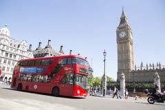 Röd london buss som passerar stora ben Royaltyfri Bild