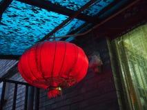 Röd lykta i Hutong Arkivfoton