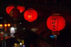 Röd lykta med kinesiska tecken Royaltyfri Fotografi