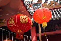 Röd lykta som hänger i en tempel arkivfoton