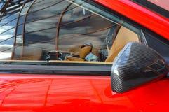 Röd lyxig sportbilbackspegel fotografering för bildbyråer