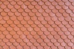 Röd målad wood belägga med tegel bakgrund för takväggtextur Royaltyfri Fotografi