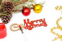 Röd målarfärg, målarfärgborste för att färga glad jul för inskrift glad jul för garnering Arkivfoton
