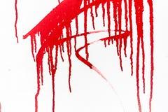 Röd målarfärg på den vita väggen royaltyfri bild