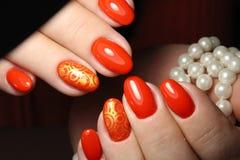 Röd manikyr med pärlor Royaltyfria Foton