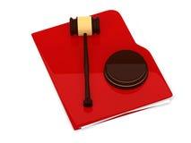 Röd mapp med domareauktionsklubban - på vit Arkivfoton