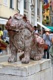 Röd marmorstaty av lejonet på Sts Mark fyrkant i Venedig, Italien Arkivbild