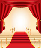 Röd matta, guld- stolpar, trappa och gardiner royaltyfri illustrationer