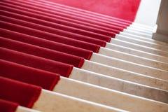 Röd matta lägger på vit marmortrappa Fotografering för Bildbyråer