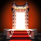 Röd matta långt till den klassiska portalen. Royaltyfri Foto
