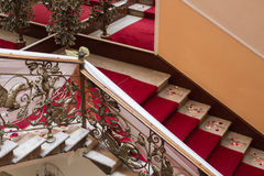 Röd matta på trappa royaltyfri bild