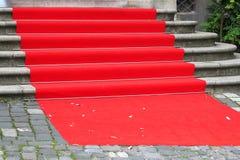 Röd matta på utomhus- trappa Arkivbilder
