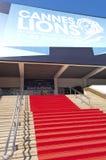 Röd matta till den storslagna salongen som är värd internationell kreativitetfestival i Cannes royaltyfri bild