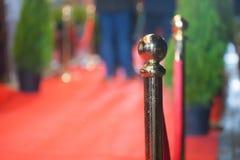 Röd matta - traditionellt är den van vid fläcken rutten som tas av statschefer på ceremoniella och formella tillfällen Arkivbild
