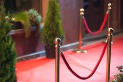 Röd matta - traditionellt är den van vid fläcken rutten som tas av statschefer på ceremoniella och formella tillfällen Arkivfoton