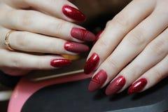 Röd matte färg för manikyr Arkivfoton