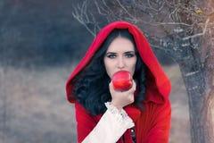 Röd med huva kvinna som rymmer den Apple sagaståenden Arkivbilder