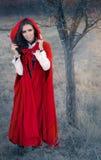 Röd med huva kvinnasagastående Fotografering för Bildbyråer