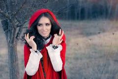 Röd med huva kvinnasagastående Royaltyfri Fotografi