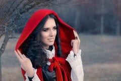 Röd med huva kvinnasagastående Arkivbild