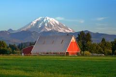 Röd mer regnig ladugård och Mt royaltyfria bilder