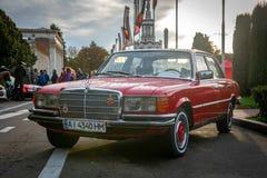 Röd Mersedes bil på gammalt billand Kiev 2018 arkivfoton