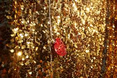 Röd metallhjärta på en guld- bakgrund slapp fokus royaltyfri fotografi