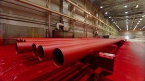 Röd metallrörproduktionslinje på metallfabriken arkivfilmer