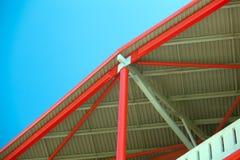 Röd metallstruktur på en bakgrund av blå himmel Arkivbilder