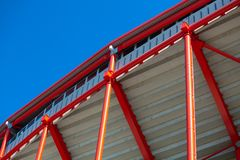 Röd metallstruktur på en bakgrund av blå himmel Royaltyfri Foto