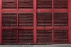 Röd metallvägg eller vägg för luftaxel av en byggnad Arkivfoto