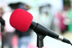 Röd mikrofon i konserthall Royaltyfri Foto