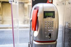 Röd modern offentlig payphone Royaltyfri Fotografi