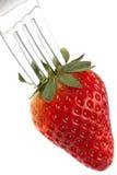 röd mogen jordgubbe för gaffel Arkivbild