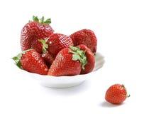 röd mogen jordgubbewhite för platta Arkivfoto