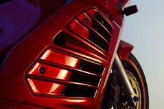 Röd moped, framhjul och cowling Royaltyfri Foto