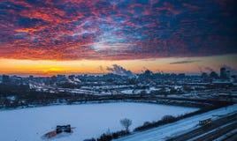Röd morgonsoluppgång över staden arkivbilder
