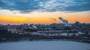 Röd morgonsoluppgång över staden royaltyfri foto